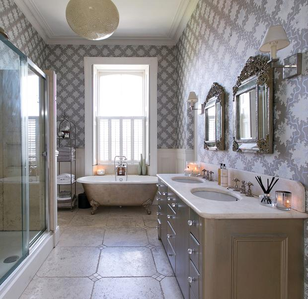The clawfoot tub and period style bathroom at Seapoint Lodge