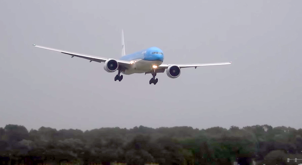 A KLM Boeing 777 approaches Schiphol during a summer storm in the Netherlands this weekend. Screengrab: YouTube/17splinter