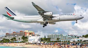 A commercial jet approaches Princess Juliana airport in Saint Maarten (2013). Photo: Deposit