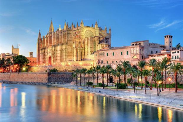 Discover the beautiful city of Palma de Mallorca by bicycle and drink in the cultural delights like a visit to the stunning La Seu Cathedral