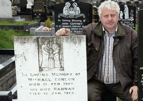 Brian Scanlon at the grave of his great grandfather and former Mayor of Sligo Michael Conlon
