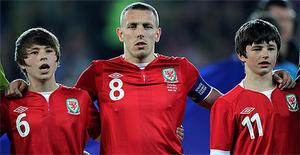 Craig Bellamy (centre) with Gary Speed's sons Ed and Tom