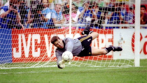 <b>2/ </b>Packy Bonner dives and saves in the penalty shoot-out against Romania at Italia 90.  Dave O'Leary went on to net the winner.