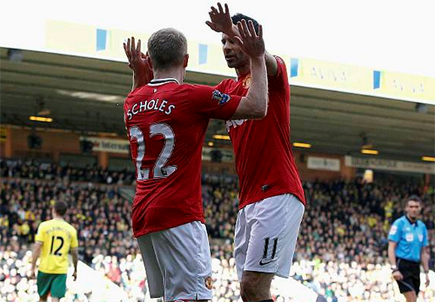 Manchester United's Paul Scholes (L) celebrates with Ryan Giggs after scoring during their English Premier League soccer match against Norwich City at Carrow Road in Norwich, south-east England, February 26, 2012. Photo: Reuters