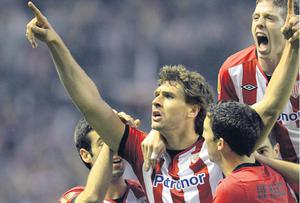 Fernando Llorente celebrates with some of his Athletic Bilbao team-mates after scoring against Manchester United