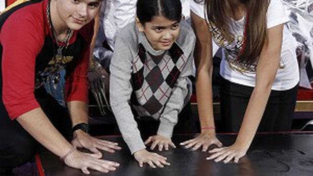 Paris, right, Prince, left, and Blanket Jackson helped honour their father