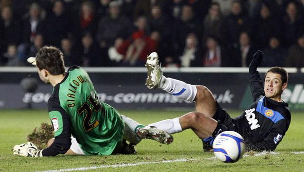 Manchester United's Javier Hernandez beats Southampton 'keeper Bartosz Bialkowski to score the winning goal in last nght's fourth round FA Cup tie at St Mary's. Photo: Stefan Wermuth/ Reuters