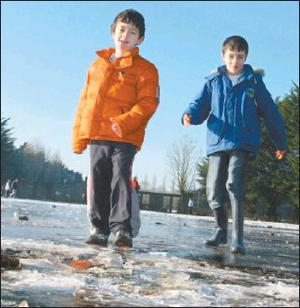 Brothers Donnacha and Alan Wallace, Mallow, enjoying the rare oppurtunity to skate on the newly-formed natural ice rink in Mallow Town Park this week. Credit: Photo by Patrick Casey