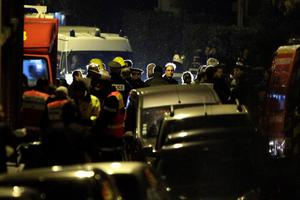 French police and emergency services gather on a street during a raid on a five-storey building to arrest a suspect in the killings of three children and a rabbi on Monday at a Jewish school, in Toulouse March 21, 2012. About 300 police, some in bullet-proof body armour, cordoned off an area surrounding an apartment in a Toulouse neighbourhood in southwestern France, where the 24-year-old Muslim man was holed up. Shots were heard in the early hours of the morning, and police said three officers had been slightly wounded.     REUTERS/Jean-Philippe Arles  (FRANCE - Tags: CRIME LAW)