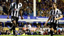 Newcastle United's Demba Ba (L) celebrates his second goal against Everton with Yohan Cabaye