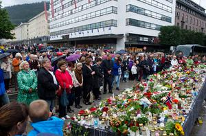 Thousands observe a minute's silence near the Blue Stone in Bergen on July 25 to pay solemn tribute to the victims of last week's twin bomb and shooting attacks that left 93 dead. Photo: Getty Images