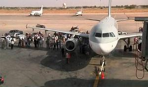 Airport officials negotiate with members of al-Awfea militia on the tarmac of Tripoli international airport in this still image taken from video. Photo: Reuters