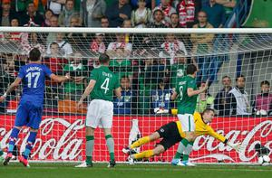 Croatia's Mario Mandzukic (L) scores past Ireland's Shay Given (R) as Ireland's John O'Shea (2nd L) and Keith Andrews (3rd L) look on