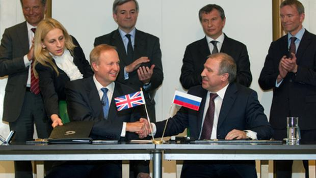 BP Chief Executive Bob Dudley (L) shakes hand with state-run Russian firm Rosneft's President Eduard Khudainatov (R) after signing the agreement. Photo: Getty Images