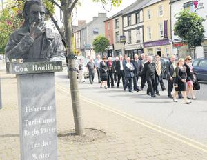 mourners pass the bust of Con in Castleisland, Co Kerry