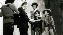 Ed Sullivan shakes hands with brothers Michael Jackson (right) and Marlon Jackson (second from right) as their older brothers Jackie Jackson (third from right), Tito Jackson and Jermaine Jackson (both at left) look on, Dec 1969. Photo: Getty Images