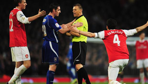 Nicklas Bendtner (L) and Cesc Fabregas of Arsenal (R) appeal to referee Mark Halsey as Mark Kennedy of Ipswich Town looks on. Photo: Getty Images