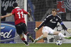 Ryan Giggs slots the ball past Schalke goalkeeper Manuel Neuer to score Manchester United's first goal. Photo: AP