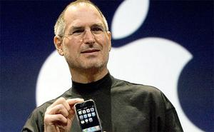 Steve Jobs in 2007 holding the iPhone