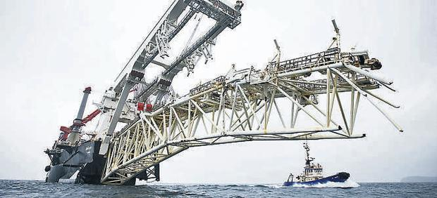 Damage to the 350m-long 'Solitaire' yesterday has led to the laying of the Corrib gas pipeline being suspended
