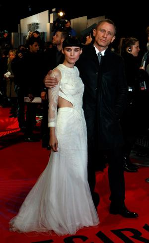 """U.S. actor Rooney Mara (L) and British actor Daniel Craig pose at the world premiere of """"The Girl with the Dragon Tattoo"""" at the Odeon in London December 12, 2011. REUTERS/Suzanne Plunkett (BRITAIN - Tags: ENTERTAINMENT PROFILE SOCIETY)"""