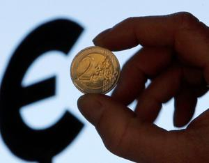 A picture illustration shows a two euro coin outside the European Parliament in Brussels November 28, 2011. REUTERS/Francois Lenoir  (BELGIUM - Tags: BUSINESS)