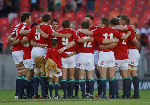 The Lions huddle with their mascot before the game against the Southern Kings (Photo: Getty Images)
