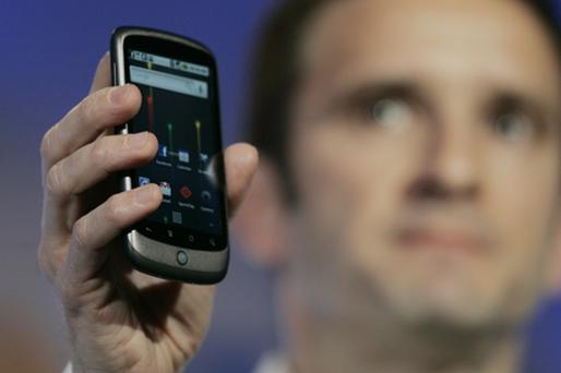 Mario Queiroz, Vice President of Product Management for Google, displays Google's Nexus One smartphone during the unveiling at Google's headquarters. Photo: Getty Images