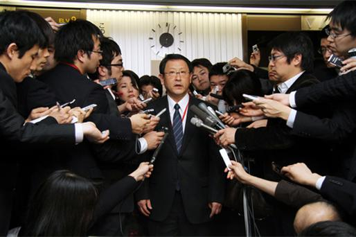 Akio Toyoda, president of Toyota, is surrounded by journalists after meeting with Seiji Maehara, Japan's minister for land and transport, at the ministry in Tokyo. Photo: Bloomberg News