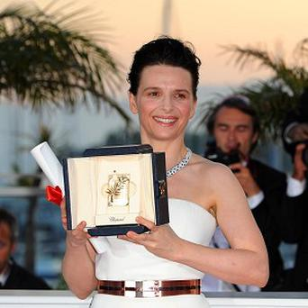 Juliette Binoche with her best actress award at the Cannes Film Festival