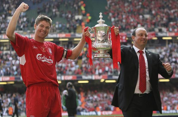 Steven Gerrard (L) and Rafael Benitez with the FA Cup after the FA Cup Final (13 May 2006)