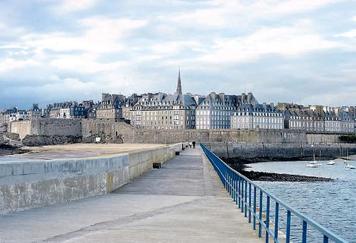 The 500 meter long pier in St-Malo.