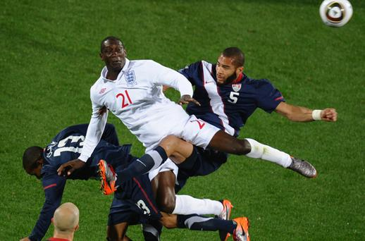 England's Emile Heskey (up-C) vies with US midfielder Ricardo Clark (13) and US defender Oguchi Onyewu (R)