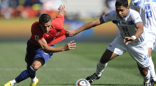 Chile's striker Alexis Sanchez (L) fights for the ball with Honduras' defender Emilio Izaguirre. Photo: Getty Images