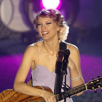 Taylor Swift was presented with an award by John Mayer