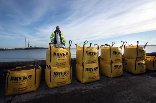 ON ALERT: Dublin Corporation workers prepare flood defences at Sandymount, yesterday. Photo: Tony Gavin