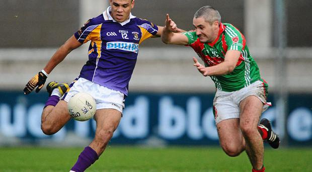 Garrycastle's Justin McAteer tries to block Craig Dias' kick at Parnell Park STEPHEN McCARTHY / SPORTSFILE