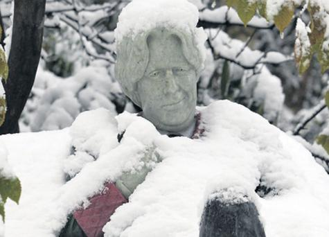 Snowed under: The Oscar Wilde statue in Merrion Square, the centre of State activity