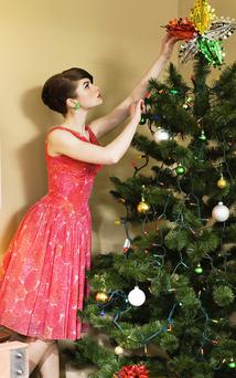 35 minutes of Christmas decorating can burn 100 calories. Photo: Getty Images