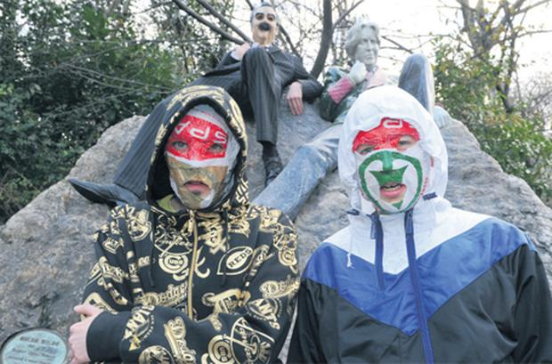 The Rubberbandits at the Oscar Wilde statue in Dublin's Merrion Square yesterday