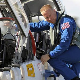 Nasa astronaut Tim Kopra has had to pull out of a space shuttle launch after falling off his bicycle