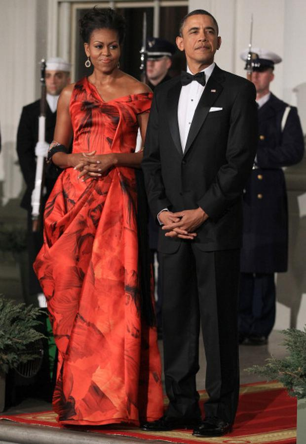 WASHINGTON, DC - JANUARY 19: U.S. President Barack Obama (R) and first lady Michelle Obama (L) welcome Chinese President Hu Jintao for a State dinner at the White House January 19, 2011 in Washington, DC. Obama and Hu met in the Oval Office earlier in the day. (Photo by Mark Wilson/Getty Images)