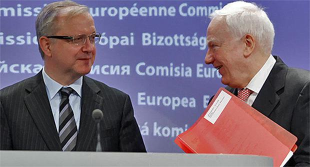 European Investment Bank president Philippe Maystadt, right, talks with EU Commissioner Olli Rehn in Brussels yesterday. Photo: Reuters