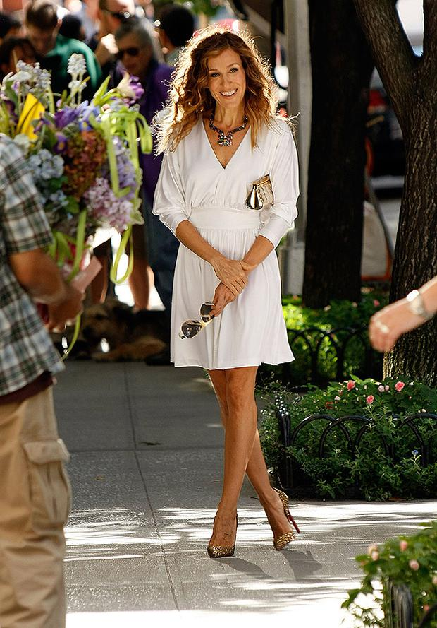 SJP on the set of Sex and the City the movie 2 looking radiant in a white Halston dress, gold Louboutin shoes and a gold Chanel clutch bag. Photo: Getty Images