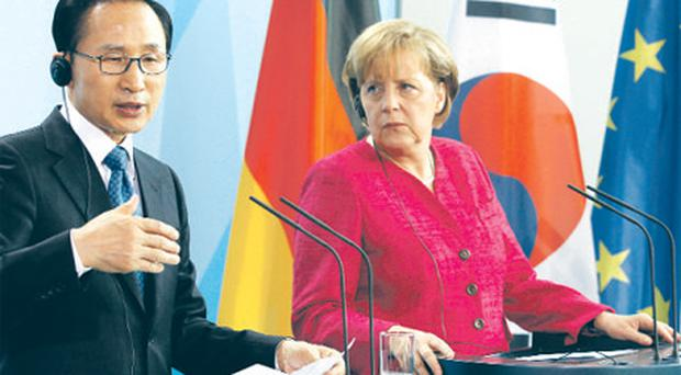 German Chancellor Angela Merkel took time out from the euro crisis yesterday to meet South Korean President Lee Myung-bak after trade talks in Berlin