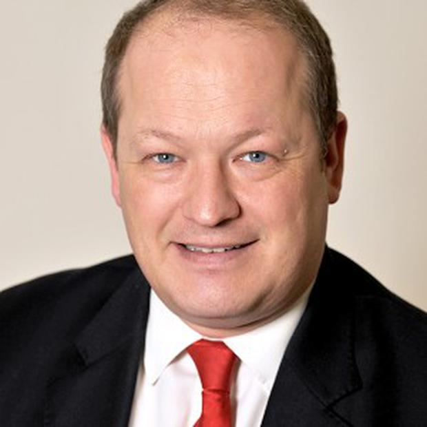 Rochdale MP Simon Danczuk has called for an inquiry into an incident where surgeons were told to dial 999