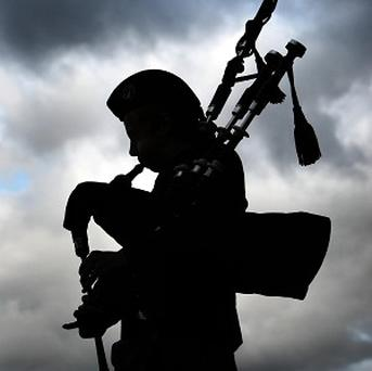 Tourist shops in Edinburgh have been banned from playing loud bagpipe music out into the streets
