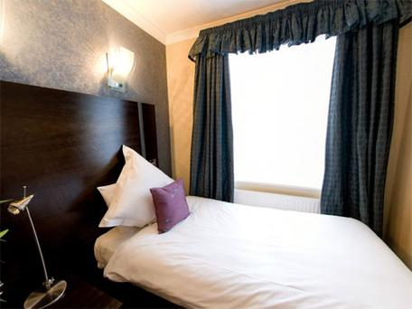 Shaftesbury Premier Notting Hill Hyde Park (****star). <br/> 5-7, Princes Square, Bayswater, London W2 4NPSituated near Hyde Park in the popular and vibrant area of Paddington. The rooms offer a real sense of style with regal overtones. It has duplex suites with kitchenettes, air conditioning, tv and free internet in all rooms. De-luxe double inc. English Breakfast &euro;455
