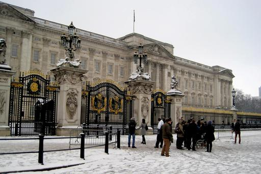 Tourists are seen outside Buckingham Palace, London, as much of Britain woke up to a blanket of snow after the big freeze brought dumps of up to 16cm, grounded planes and caused road and rail disruption. PRESS ASSOCIATION Photo. Picture date: Sunday February 5, 2012. See PA story WEATHER Snow. Photo credit should read: Katie Hodge/PA Wire