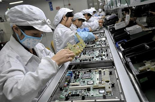 Chinese workers assemble electronic components at the Taiwanese technology giant Foxconn's factory in Shenzhen. Photo: Getty Images